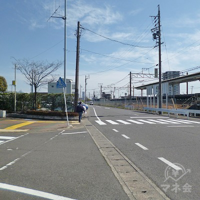 地上へ下りたら目の前の道を線路沿いに300mほど歩きます。