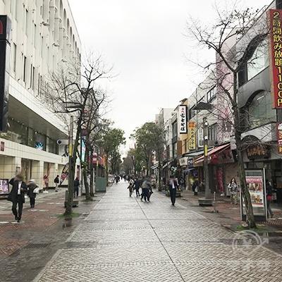 そのまま伊勢佐木モール商店街を300メートルほど直進してください。