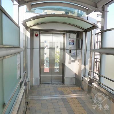 構内突き当たりにあるエレベーターで地上へ下りてください。