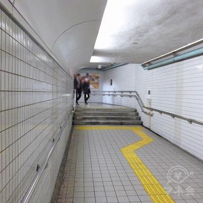 駅構内を進み、月当たりの階段で地上へ上がります。