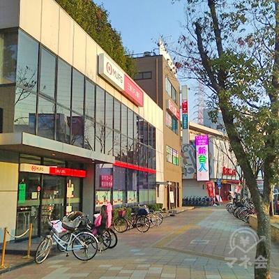 駅外に出て、左手に三菱UFJ銀行があります。