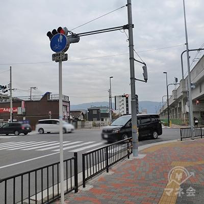 高架横の交差点で左折し、横断歩道を渡ります。