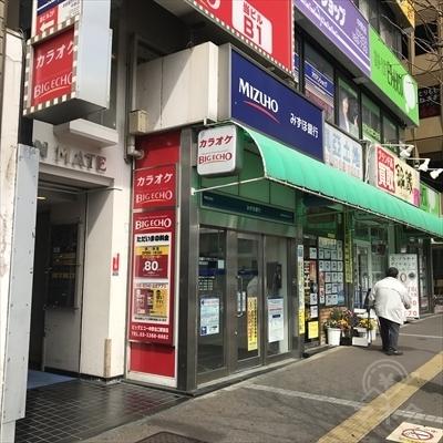 1階にみずほ銀行のあるビルに店舗があります。