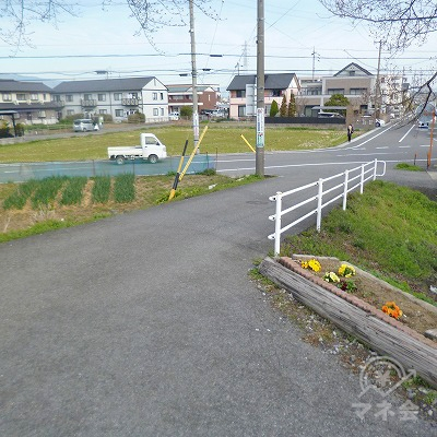 駅を出たら、目の前の小さな坂を下ります。