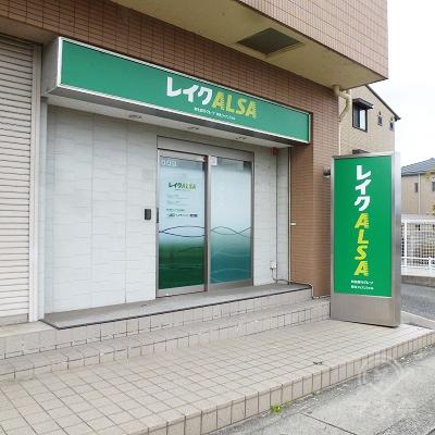マンションの1階の右手の方、歩道に面した店舗です。