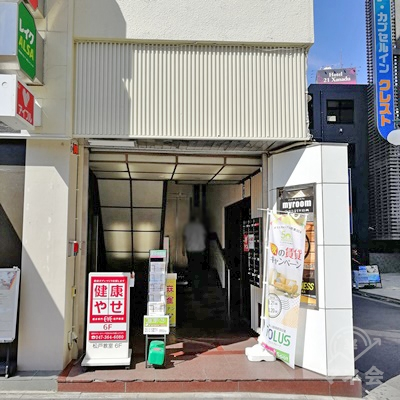 建物の右下に入口があります。左上にレイクALSAの看板があります。