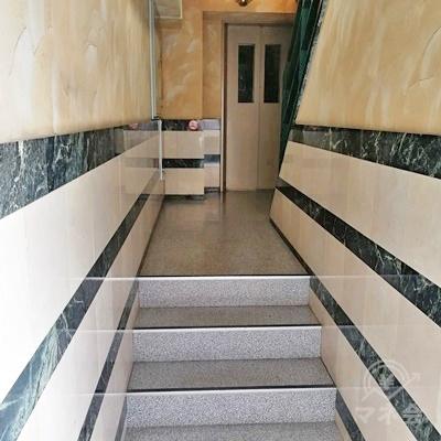 階段を上った先にエレベーターがあります。