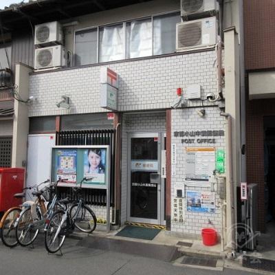 途中、京都小山中満郵便局を通過します。