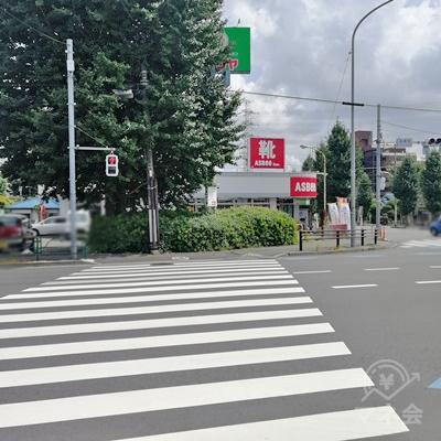 右を向くと靴屋があります。靴屋の右の道を歩きます。