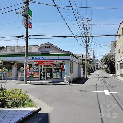 ファミリーマートの前で左に曲がります。