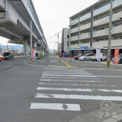 2つ目の横断歩道を渡ります。この間、左手には高架があります。