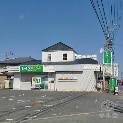 三角屋根の付いた建物にレイクALSAがあります。