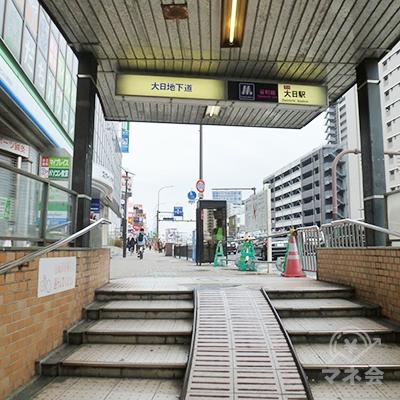4番出口から地上に出ると、直進する方向の歩道に進みます。