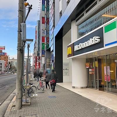 マクドナルドの2つ先のビル内に店舗があります。