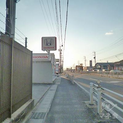 幹線道路沿いを650mほど歩きます。