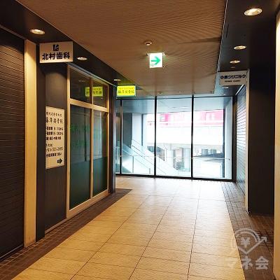 2階の廊下を左に向かいます。