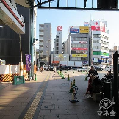 広電横川駅の左側を進みます。正面には、プロミスの看板が見えます。