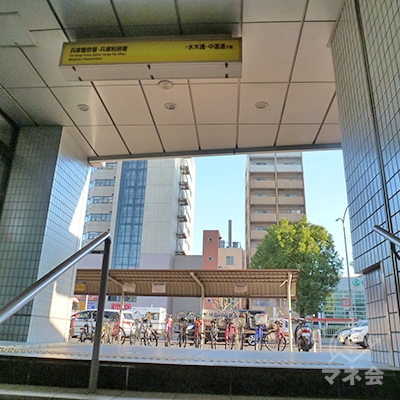 1号出口から地上に出ます。左右に通る歩道を右折します。