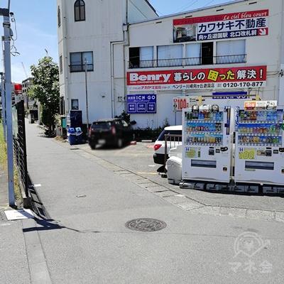 改札を出て前方の自動販売機の左の細い道を歩きましょう。