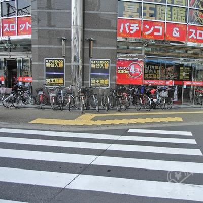 駅前通りの横断歩道を渡ります。