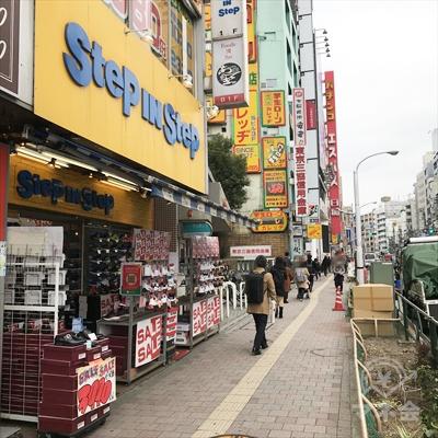 右側、靴屋ステップインステップの方向に早稲田通りを進みます。