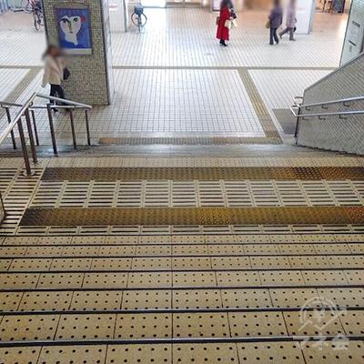正面の階段を下り、右に行きます。