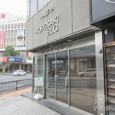 目的地建物の入口は「庄や」看板の左側にあります。