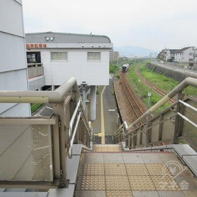 右の階段を使います。(こちら側には駅名表示はありません)