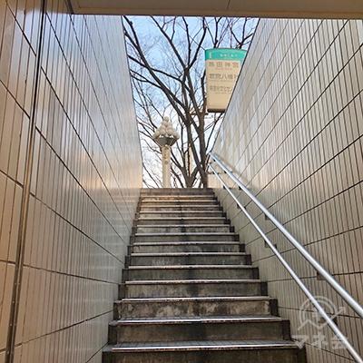 地上へ階段を上ります。