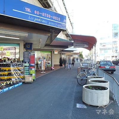左に高架下店舗、右にタクシー乗り場を見ながら直進します。