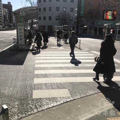 横断歩道を渡りバスターミナルを通過します。
