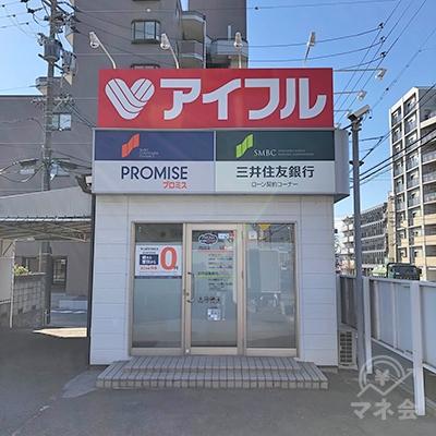 駐車場の一角に独立型の店舗があります。