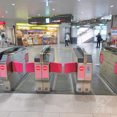 南海堺東駅の「西出口に近い改札」から出ます。