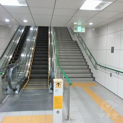 エスカレーター又は階段で上へ行きます。