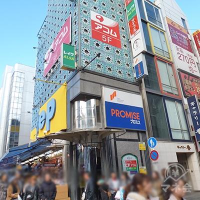 道頓堀繁華街の入口に、レイクALSAの入居するビルがあります。