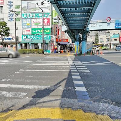 歩道橋の下を歩きます。信号の先にレイクALSAがあります。