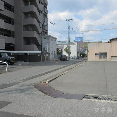 先ほどの看板を過ぎて1つ目のT字路を右へ曲がります。※1で左側の歩行帯を歩くと、柵を乗り越えないと、曲がれなくなります。