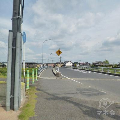 橋を渡り、道なりに250m進みます。