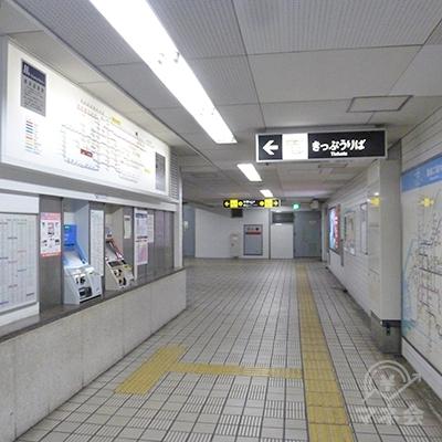 切符売り場前を通り過ぎて地下通路を進んでいきます。
