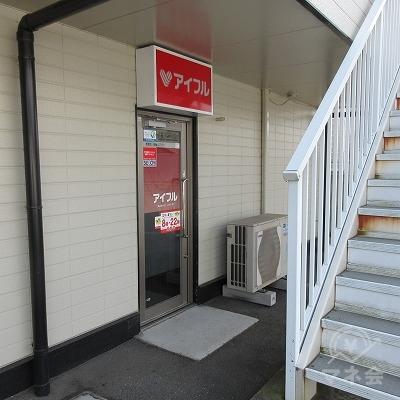 裏手の駐車場から入れる裏手の入口もあります。