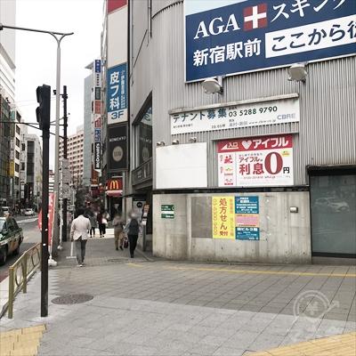 横断歩道を渡ったら、看板の表示に従い左方向を確認します。