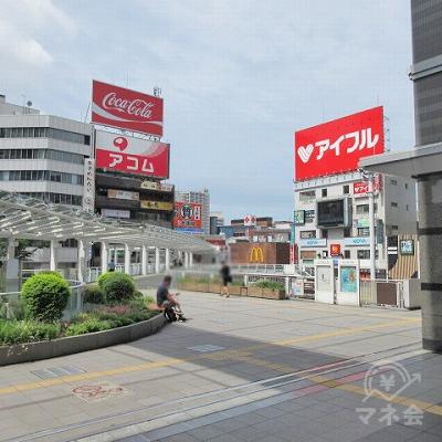 駅外に出ると左手にコカコーラの大きな看板が確認できます。