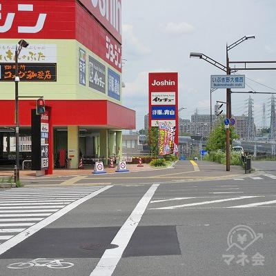 途中、いぶき野大橋西交差点(ジョーシン側)を横断します。