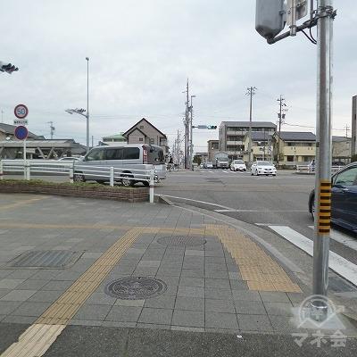 大通りとの交差点を左折して下さい。