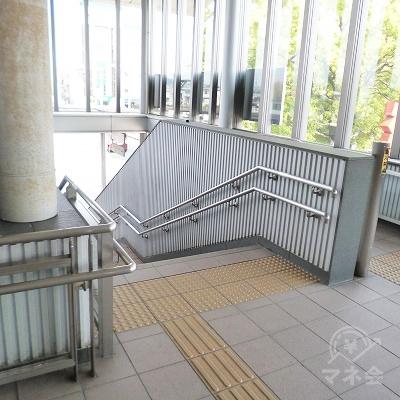 途中で階段が左右に分かれます。左の階段を下ります。