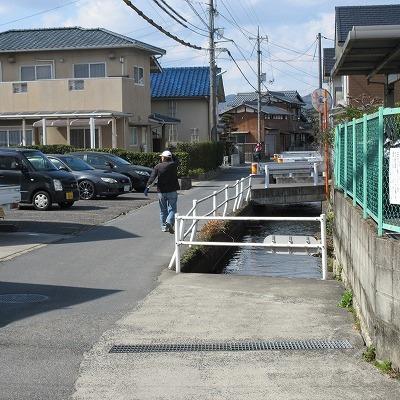水路に沿って上流へ進みます。