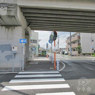 横断歩道を渡り、高架(国道202号線)を潜ります。