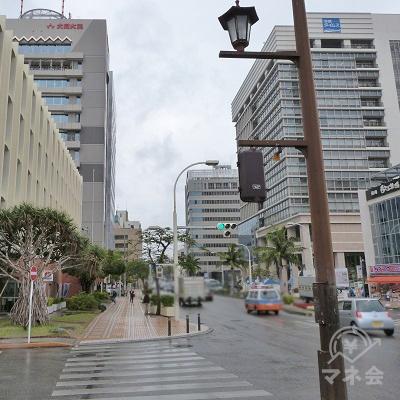 信号のある横断歩道を渡ると、右手には沖縄タイムスのビルが見えてきます。