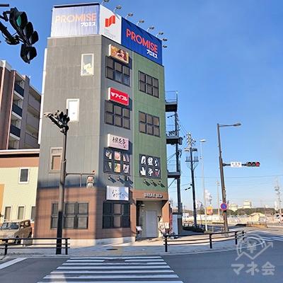横断歩道を渡ってビルの右側に回り込んでください。