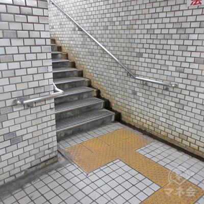 階段を上がり地上に出ます。